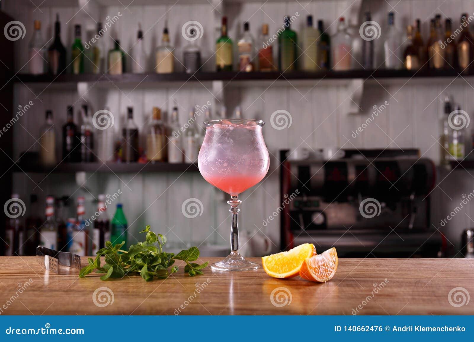 酒精酒吧,在酒吧柜台的鸡尾酒杯,在酒吧的鸡尾酒杯,