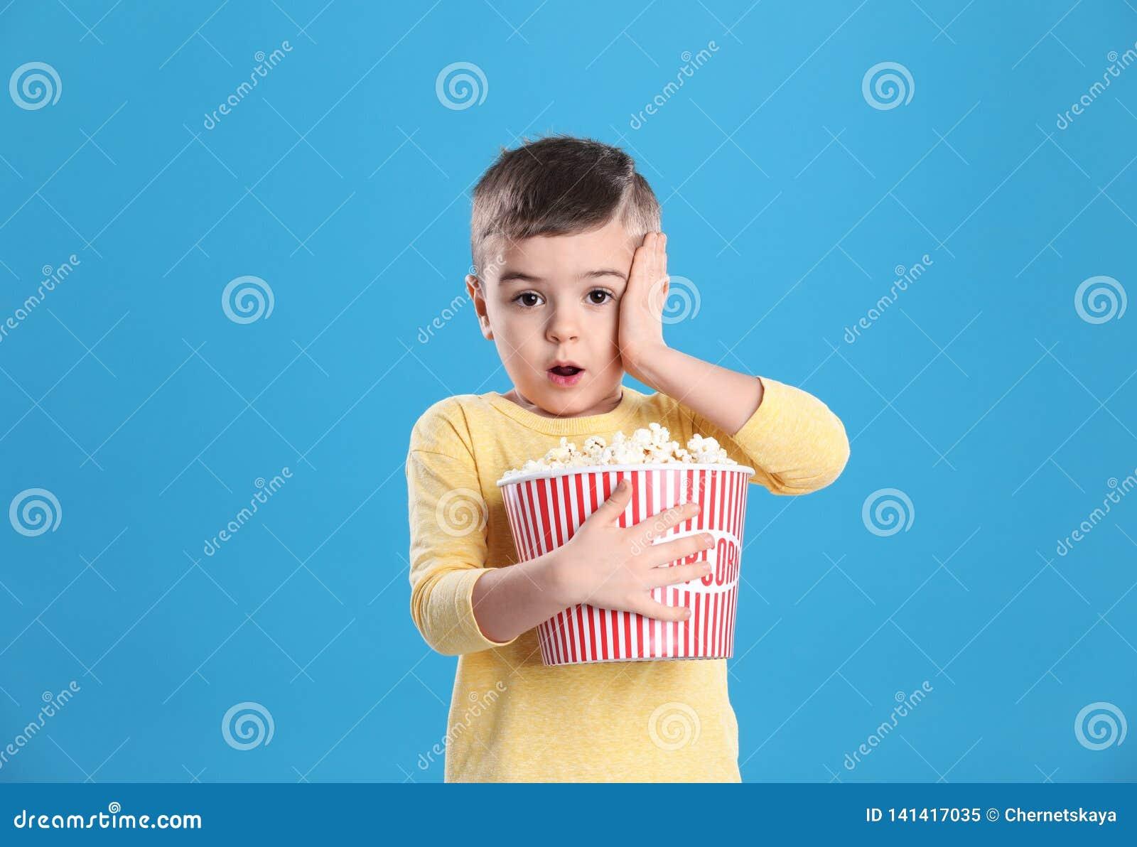 逗人喜爱的小男孩用玉米花