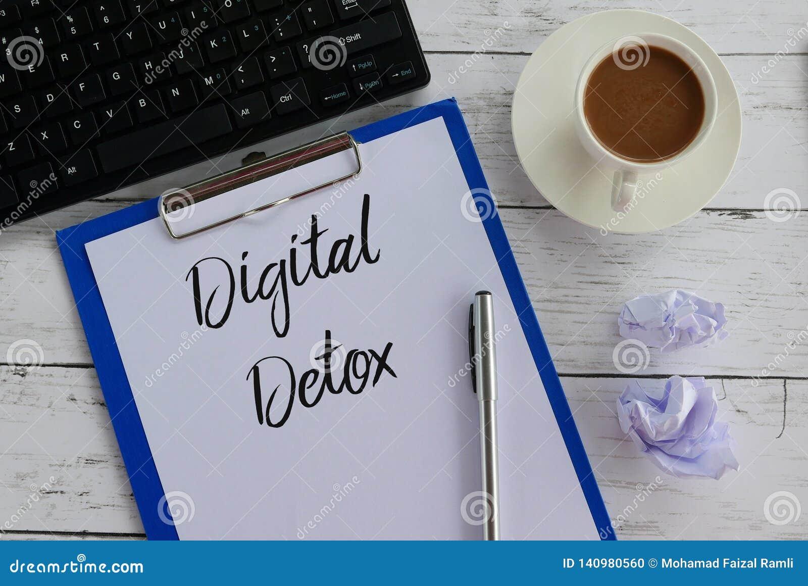 键盘、垃圾纸、咖啡、剪贴板、笔和纸顶视图写与数字戒毒所