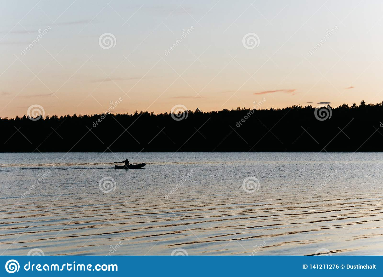 钓鱼在一个小湖的剪影