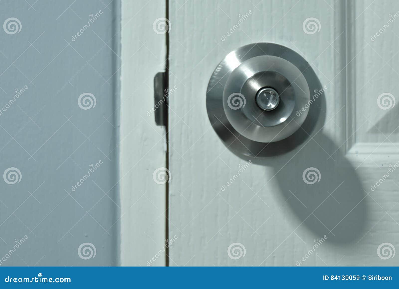 É botão de porta e porta branca