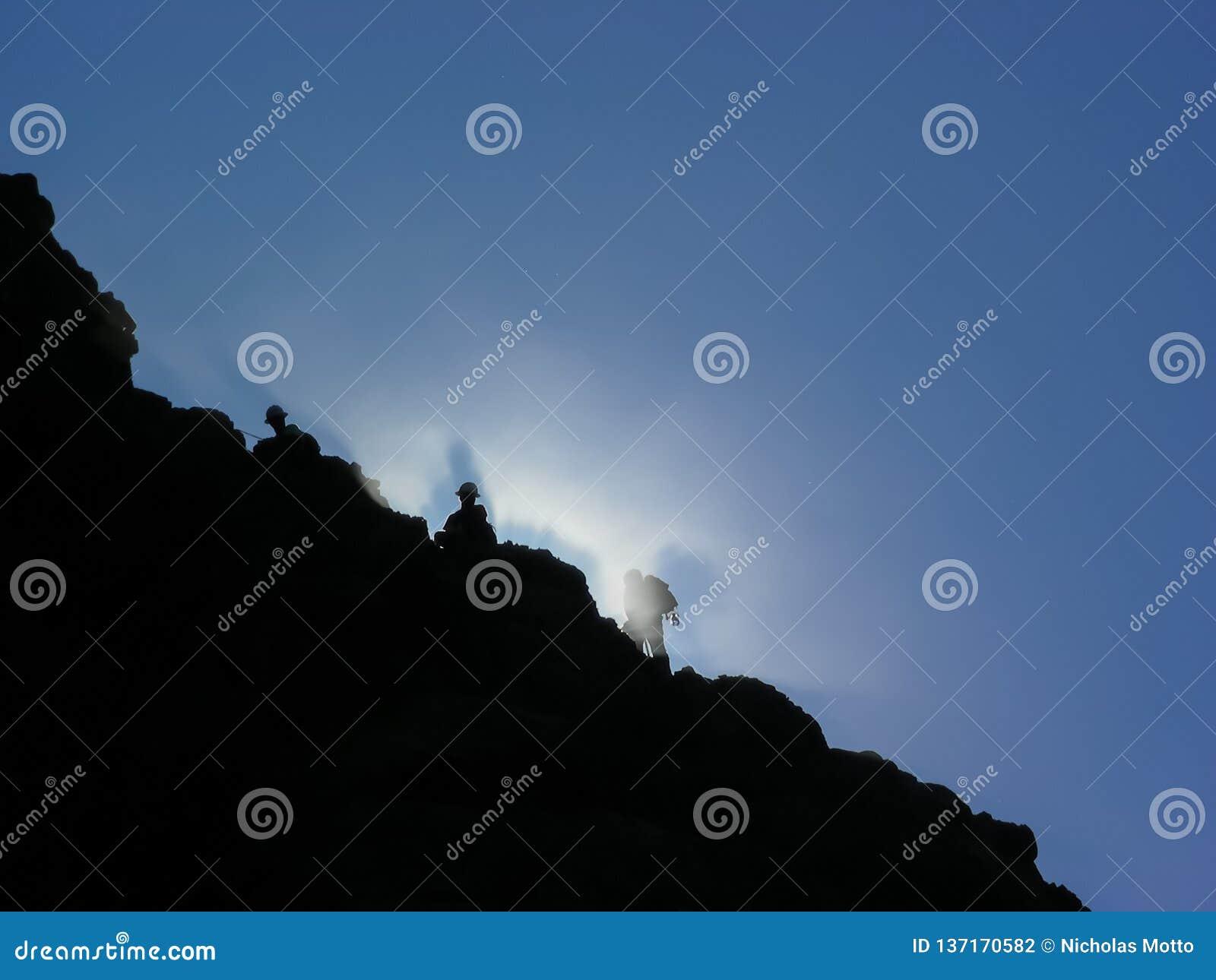 Écailleurs de roche de brume de montagne de matin