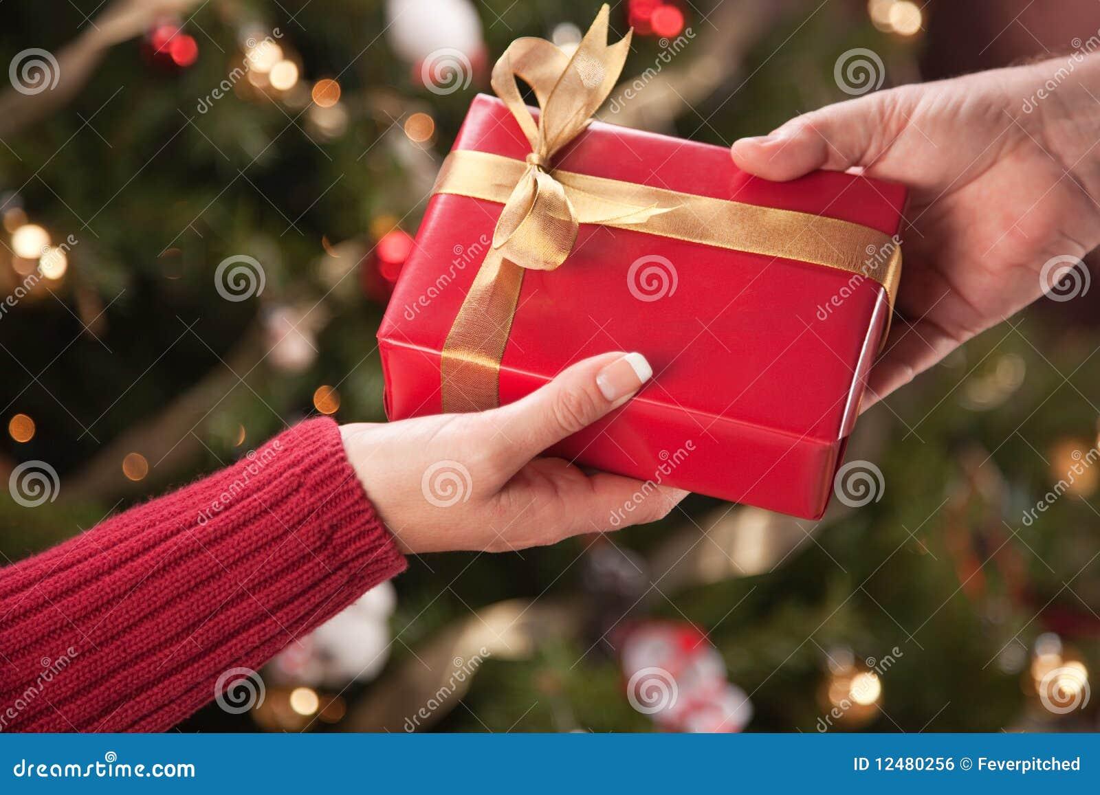Échange De Cadeau D'homme Et De Femme Photo stock   Image du