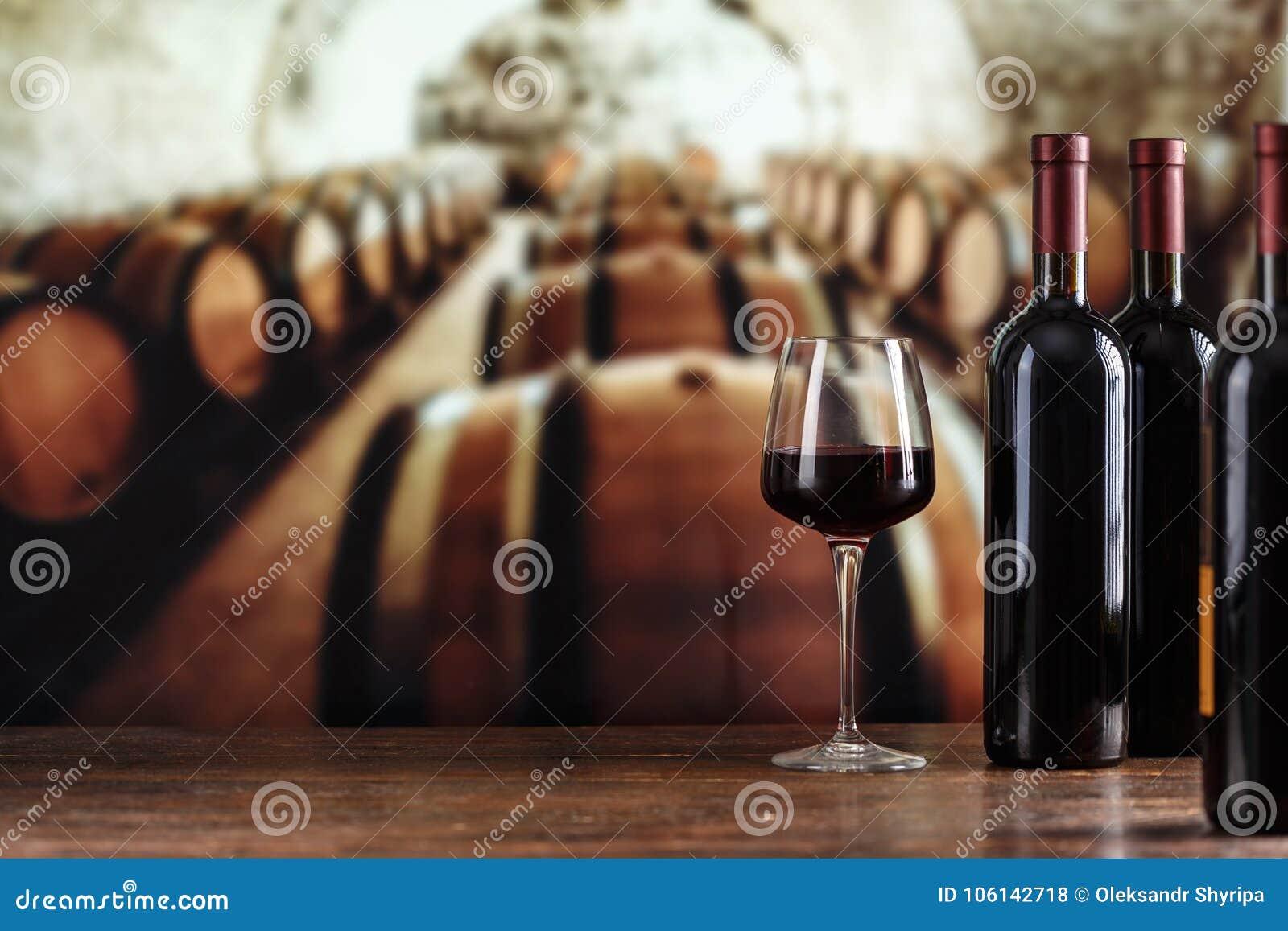Échantillon de vin Cave avec la bouteille et les verres de vin avec le spac