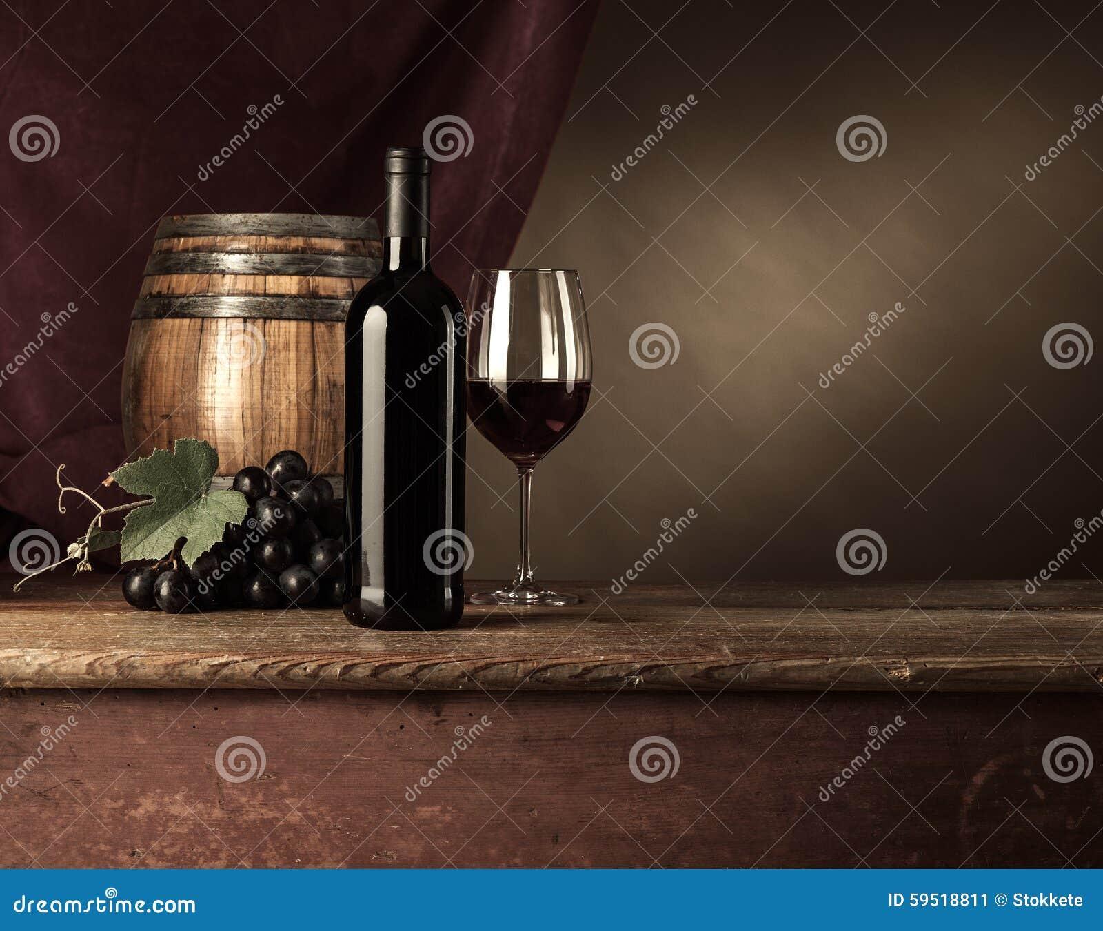 Échantillon de vin dans la cave avec le verre