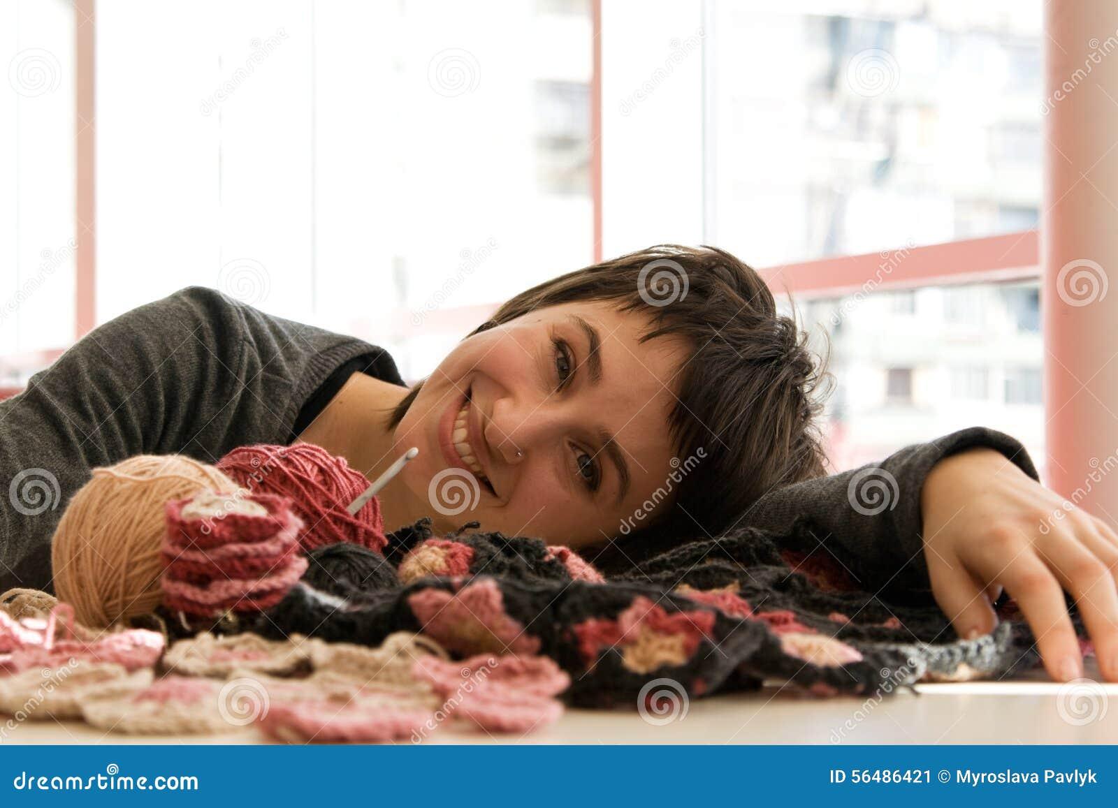 Écharpe de jeune de fille sourire et de crochet