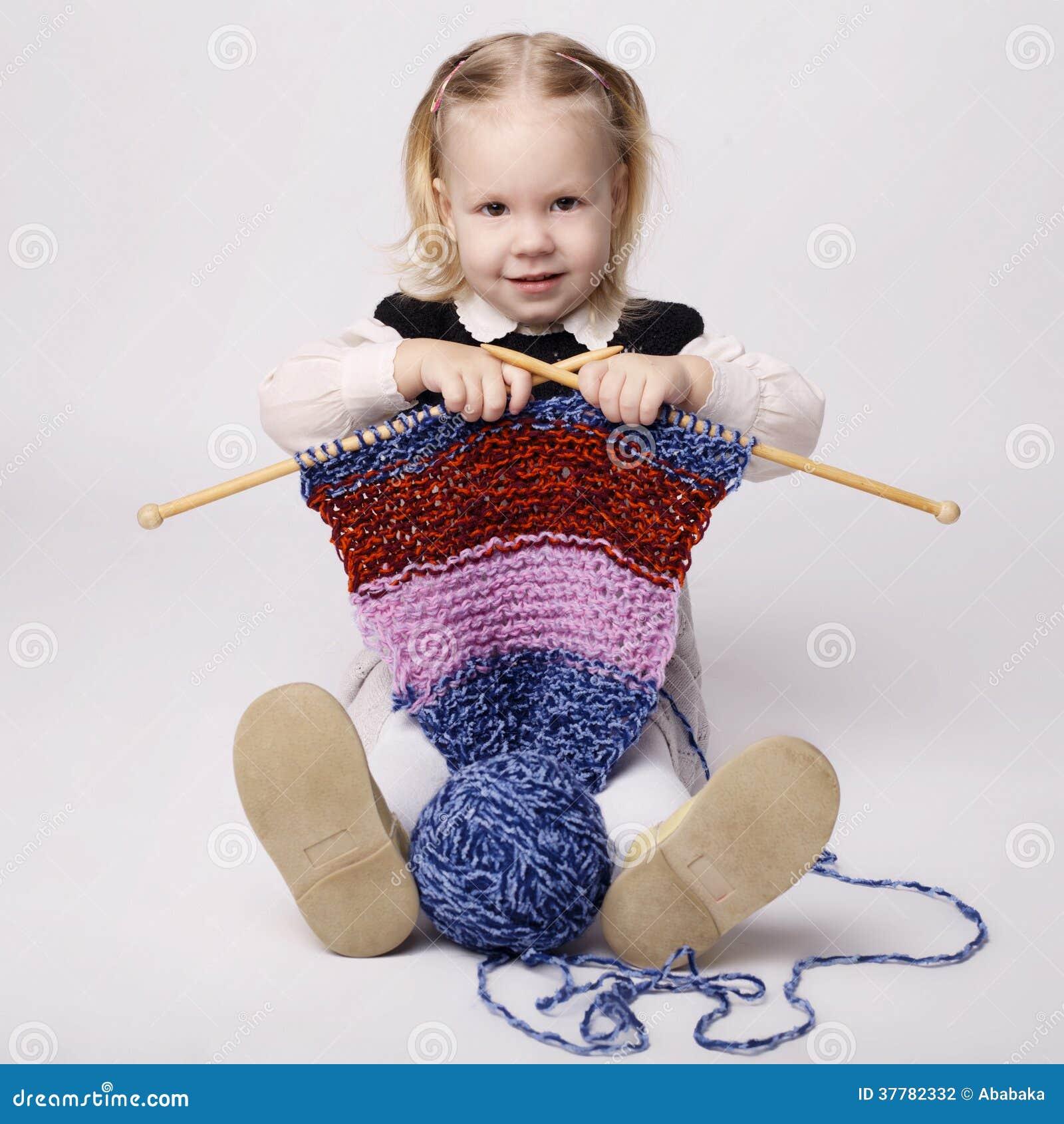 Écharpe de tricotage de petite fille