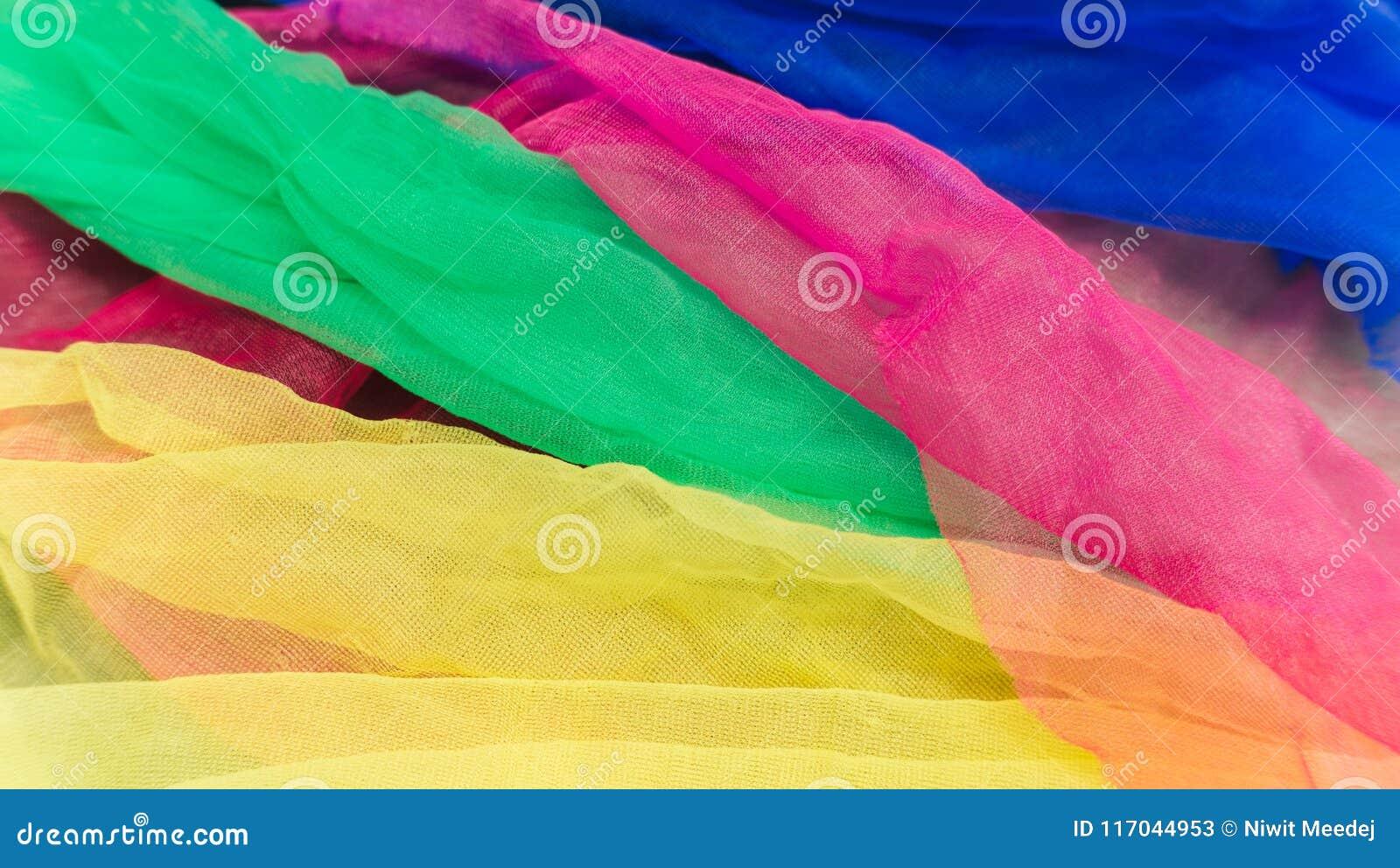 Écharpes en gros plan de couleur