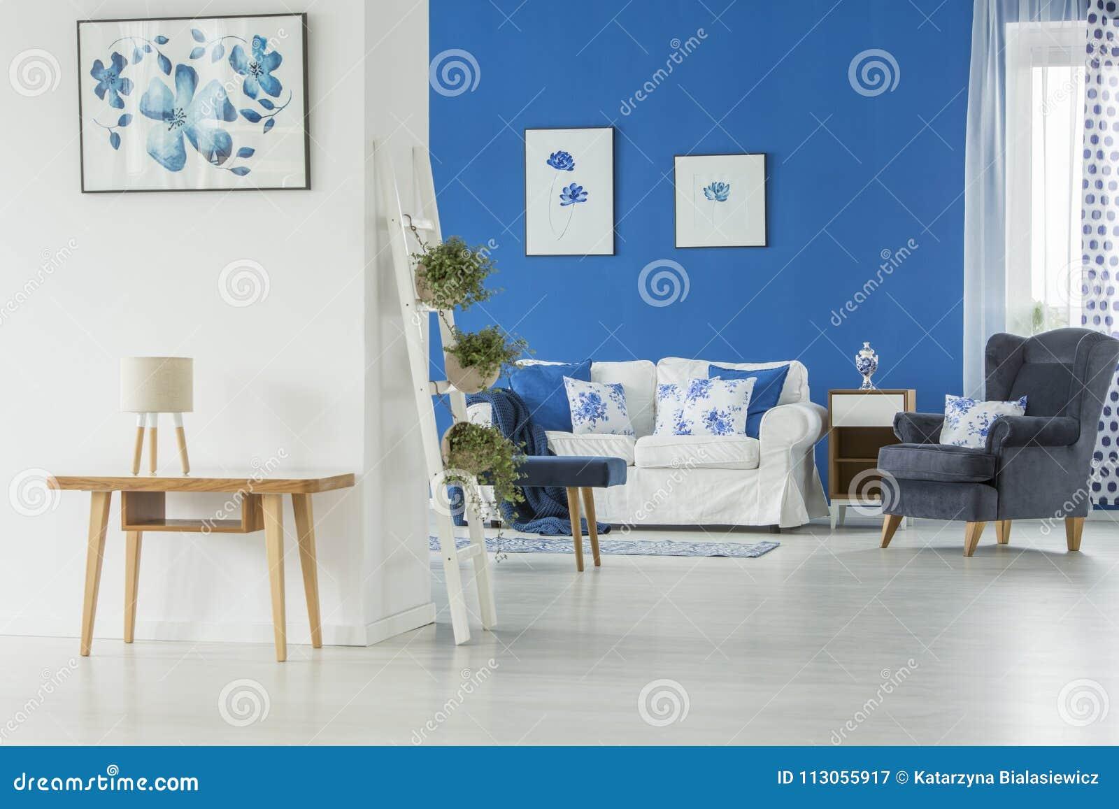 Table Pliante Contre Mur Échelle avec des usines contre le mur image stock - image du