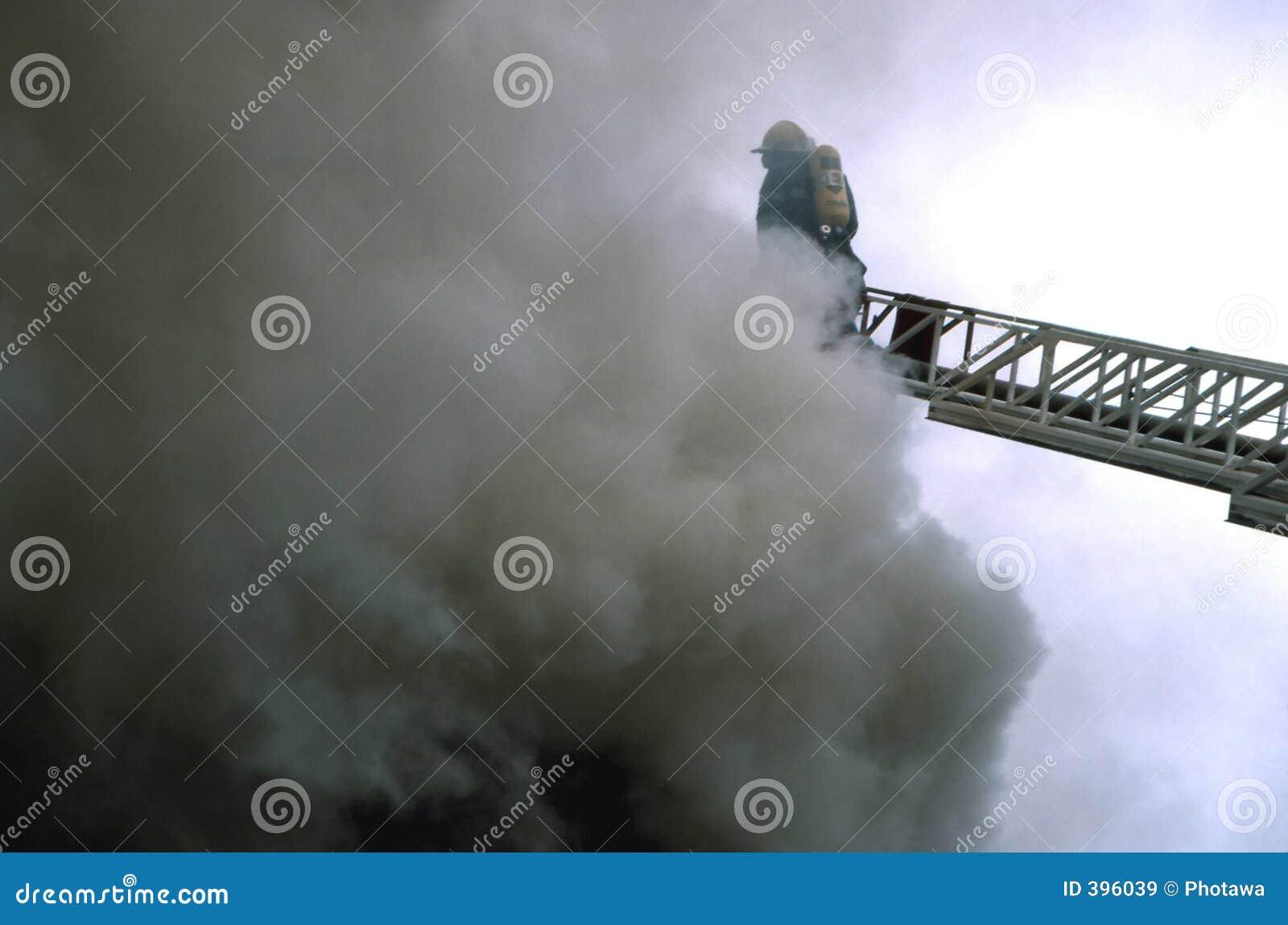Échelle dans la fumée