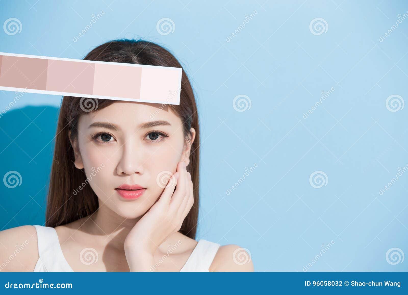 Échelle de couleur de la peau de prise de femme