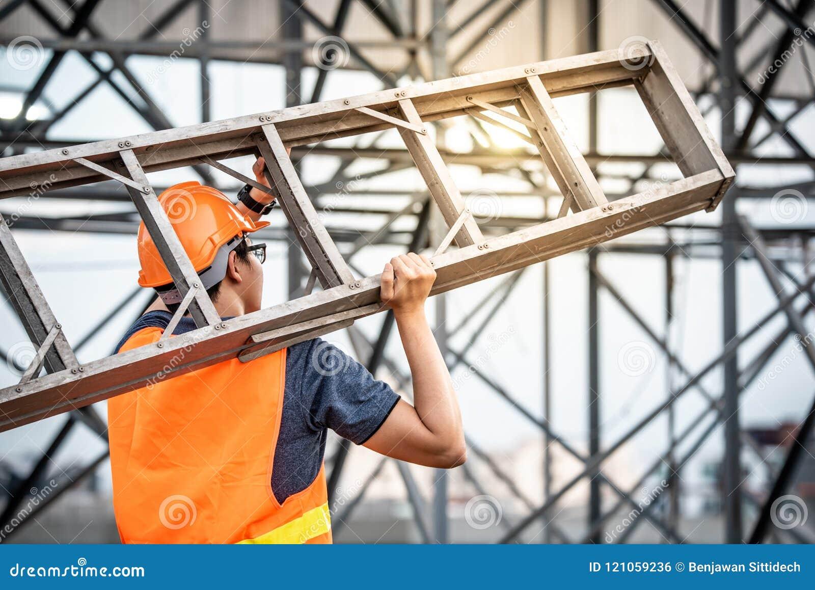Échelle en aluminium de transport de jeune ouvrier d entretien asiatique
