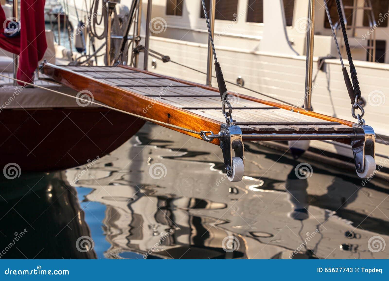 Échelle en bois sur le yacht marin restant dans le port