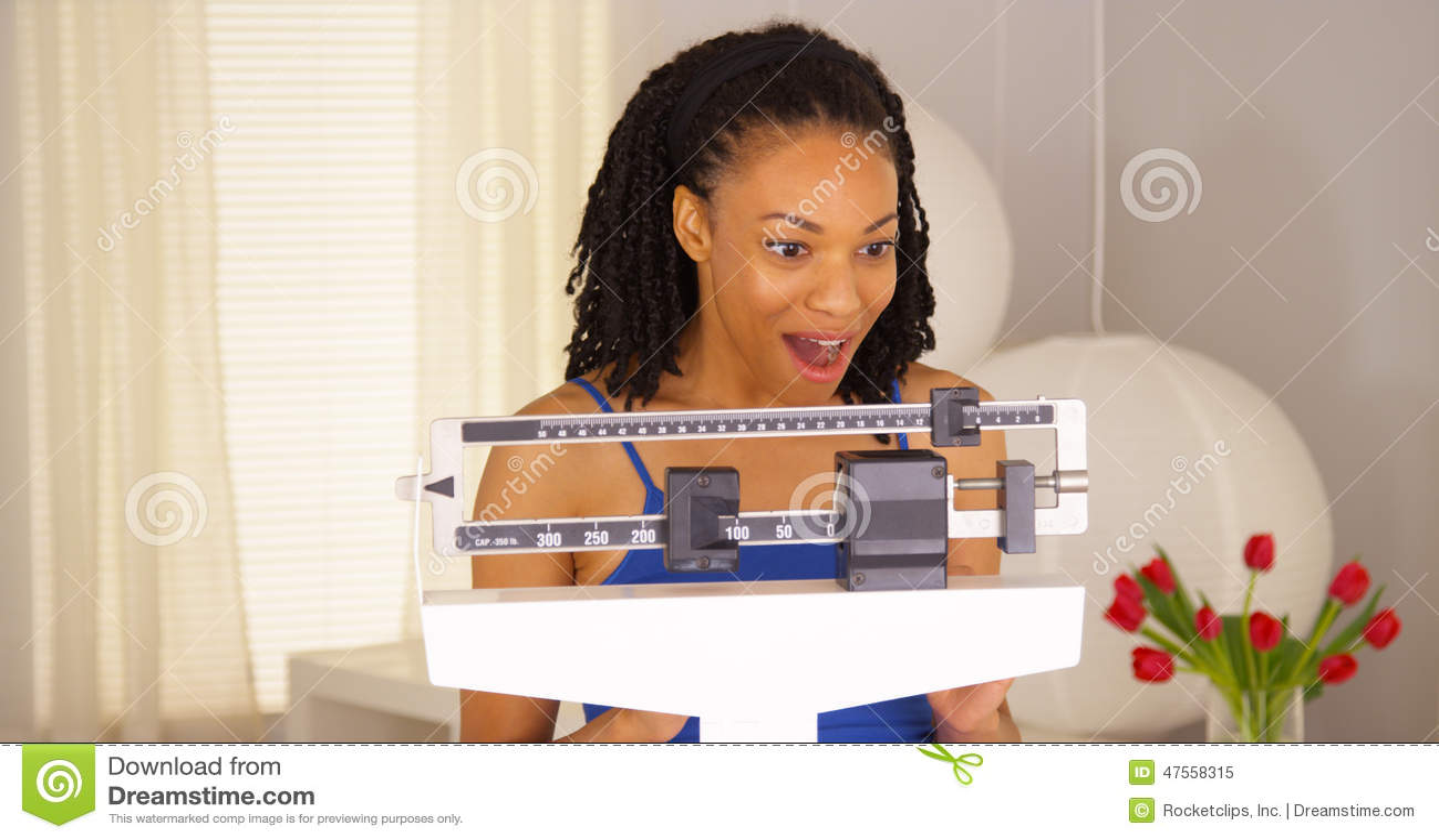 Échelles de lecture heureuses de femme de couleur mignonne