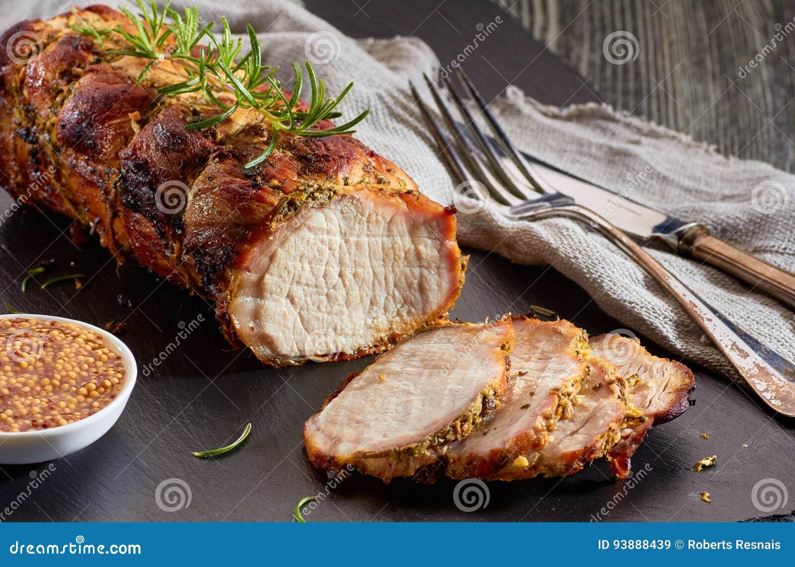 Échine de porc cuite au four avec de la moutarde entière de grain