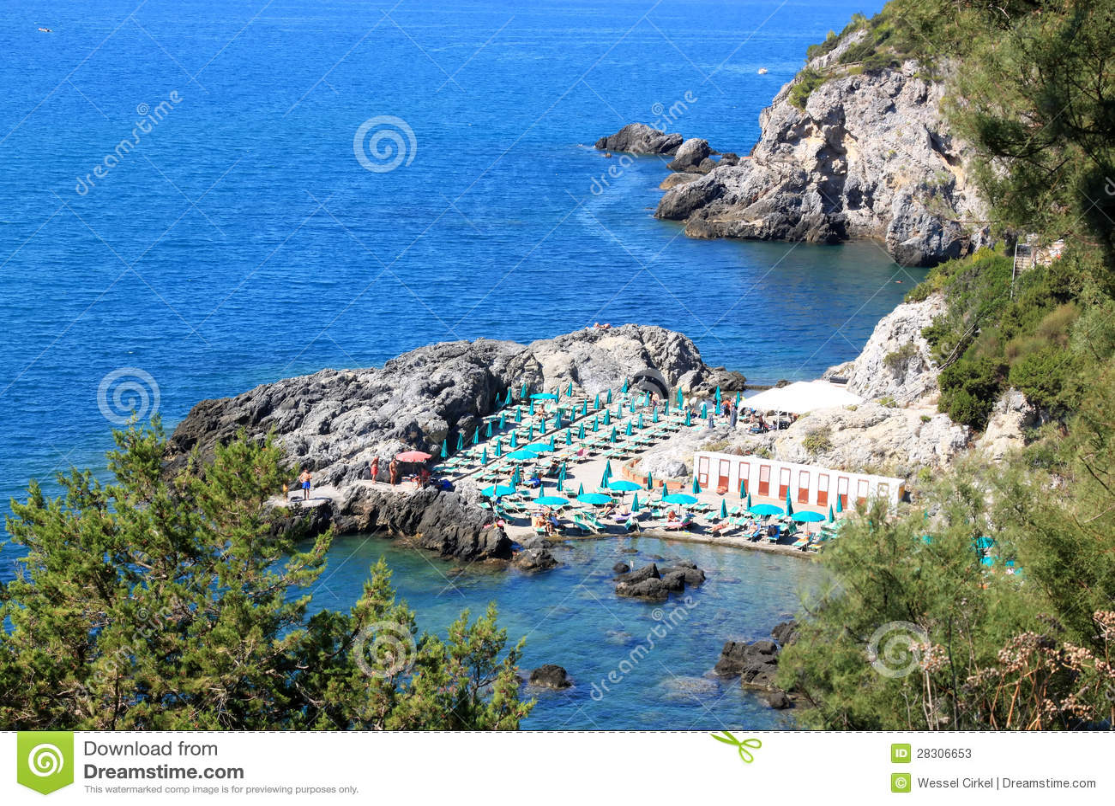 Chouez entre les roches dans talamone italie photo stock for Dans italien