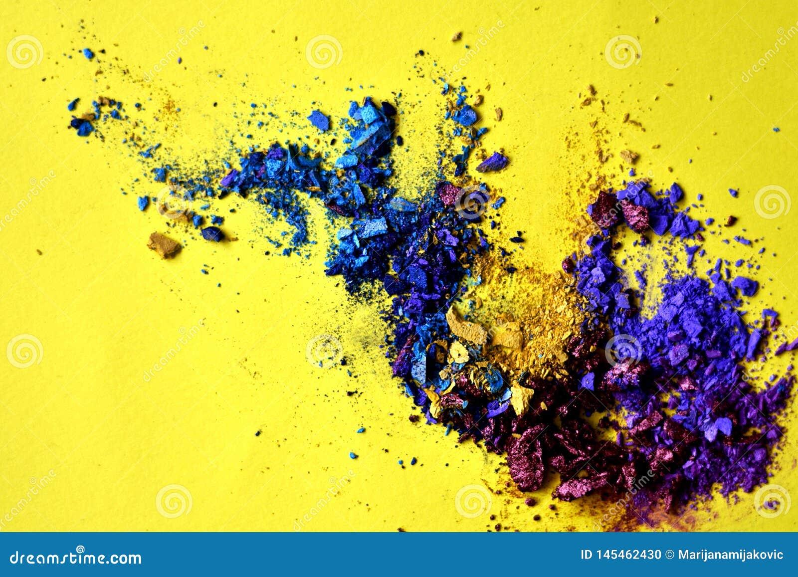 Éclaboussure abstraite de poudre bleue et pourpre sur le fond jaune