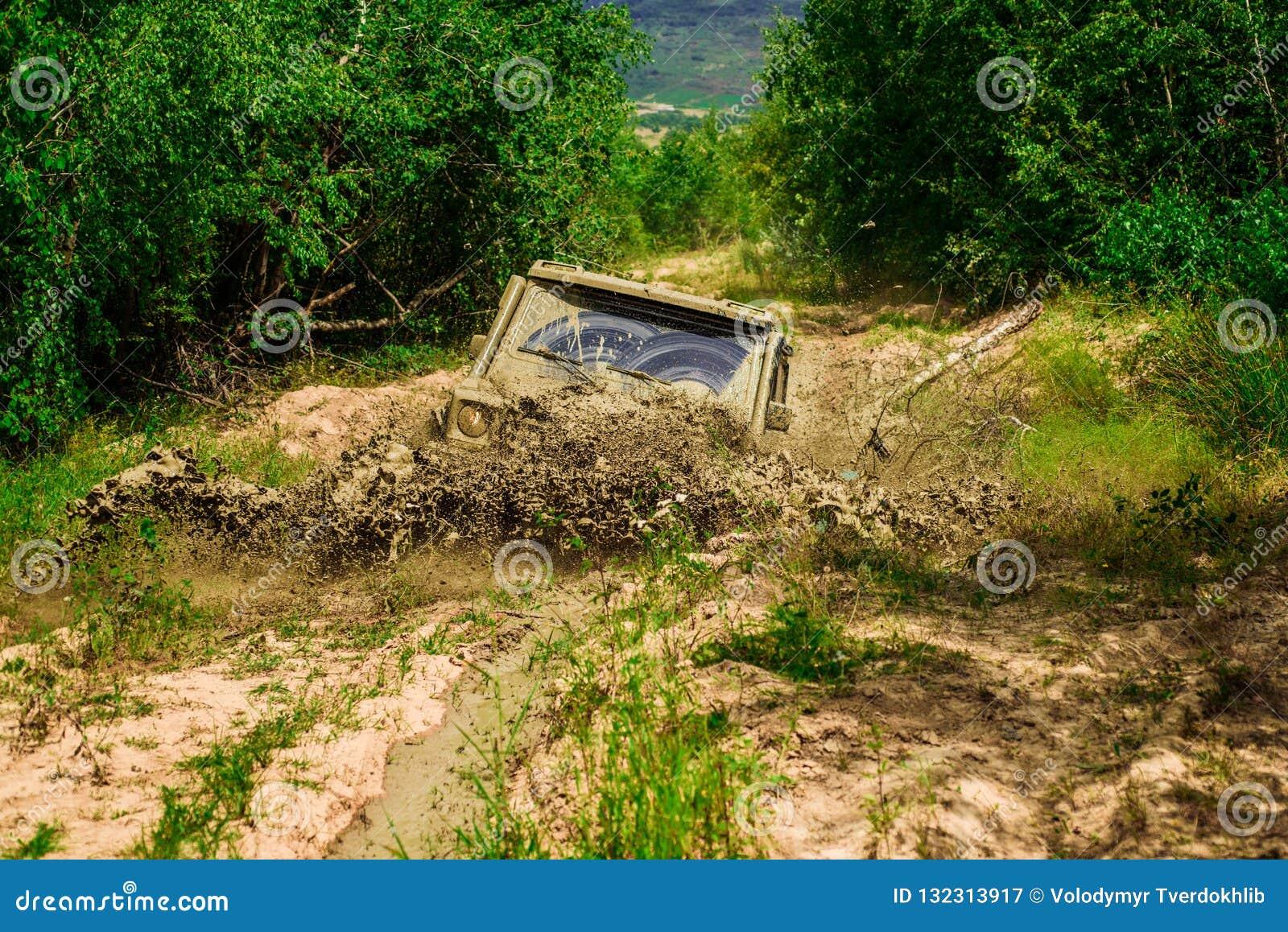Éclaboussure de boue et d eau dans l emballage tous terrains Mudding off-roading par un secteur de boue ou d argile humide Voies