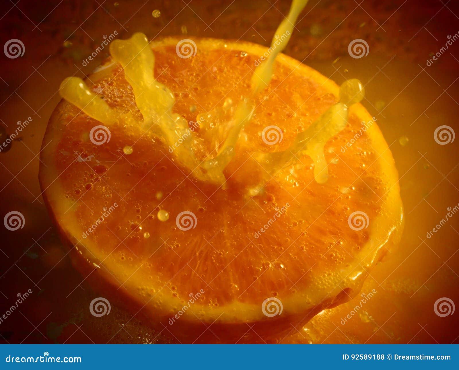 Éclaboussure de jus d orange sur l orange fraîche