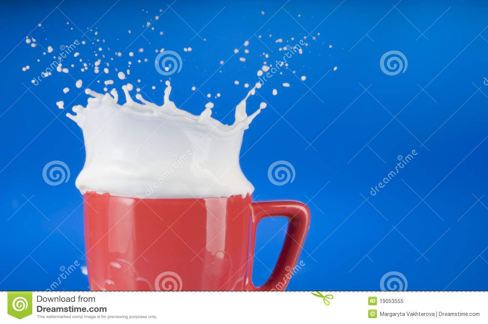 Éclaboussure de lait hors de cuvette rouge