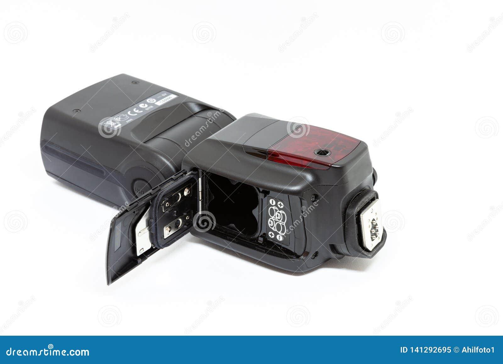 Éclair externe de sur-caméra avec le compartiment à piles ouvert