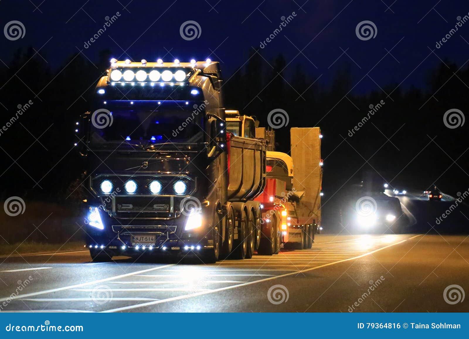 clairage de camion d 39 exposition de volvo fh16 bel la nuit photo ditorial image du automobile. Black Bedroom Furniture Sets. Home Design Ideas