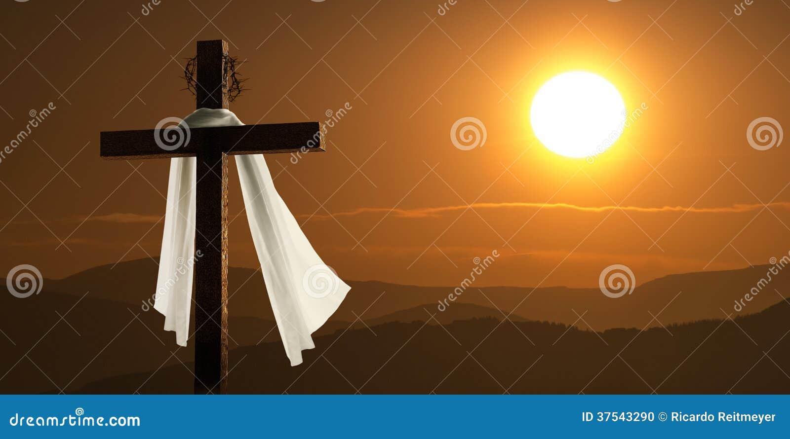 Éclairage dramatique de lever de soleil de montagne avec la croix de Pâques
