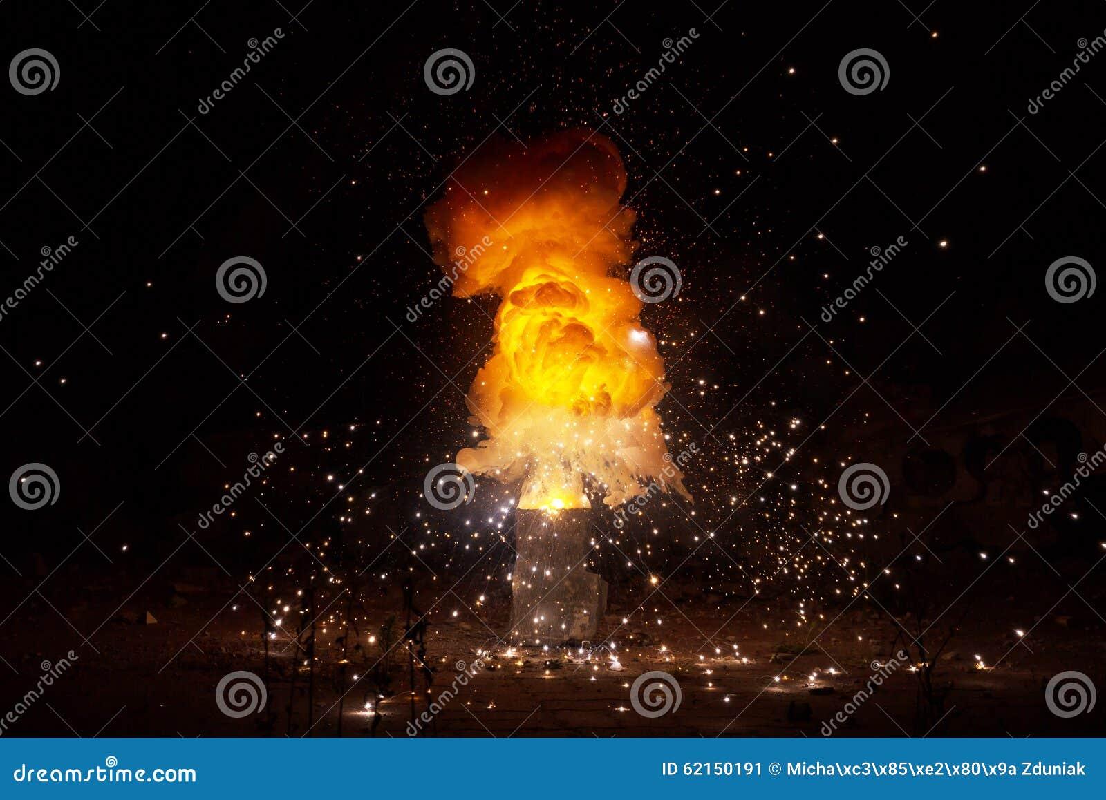 Éclater ardent réaliste d explosion