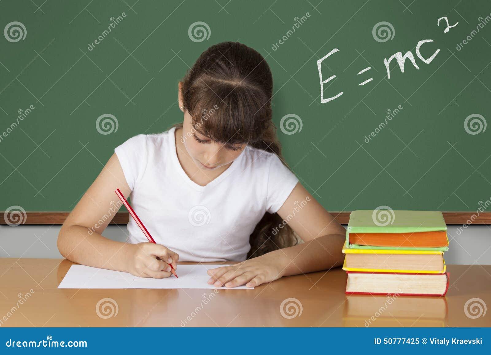 Écolière étudiant à la salle de classe