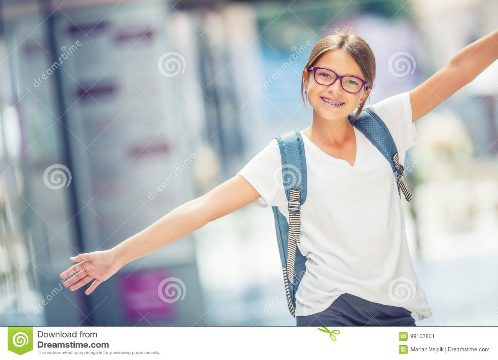 Écolière avec le sac, sac à dos Portrait de fille de l adolescence heureuse moderne d école avec le sac à dos de sac Fille avec d