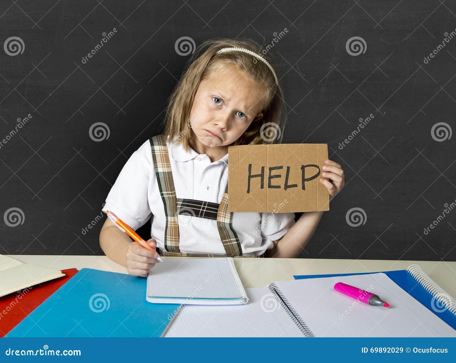 Écolière junior mignonne fatiguée avec les cheveux blonds se reposant dans l effort fonctionnant faisant le travail semblant ennu