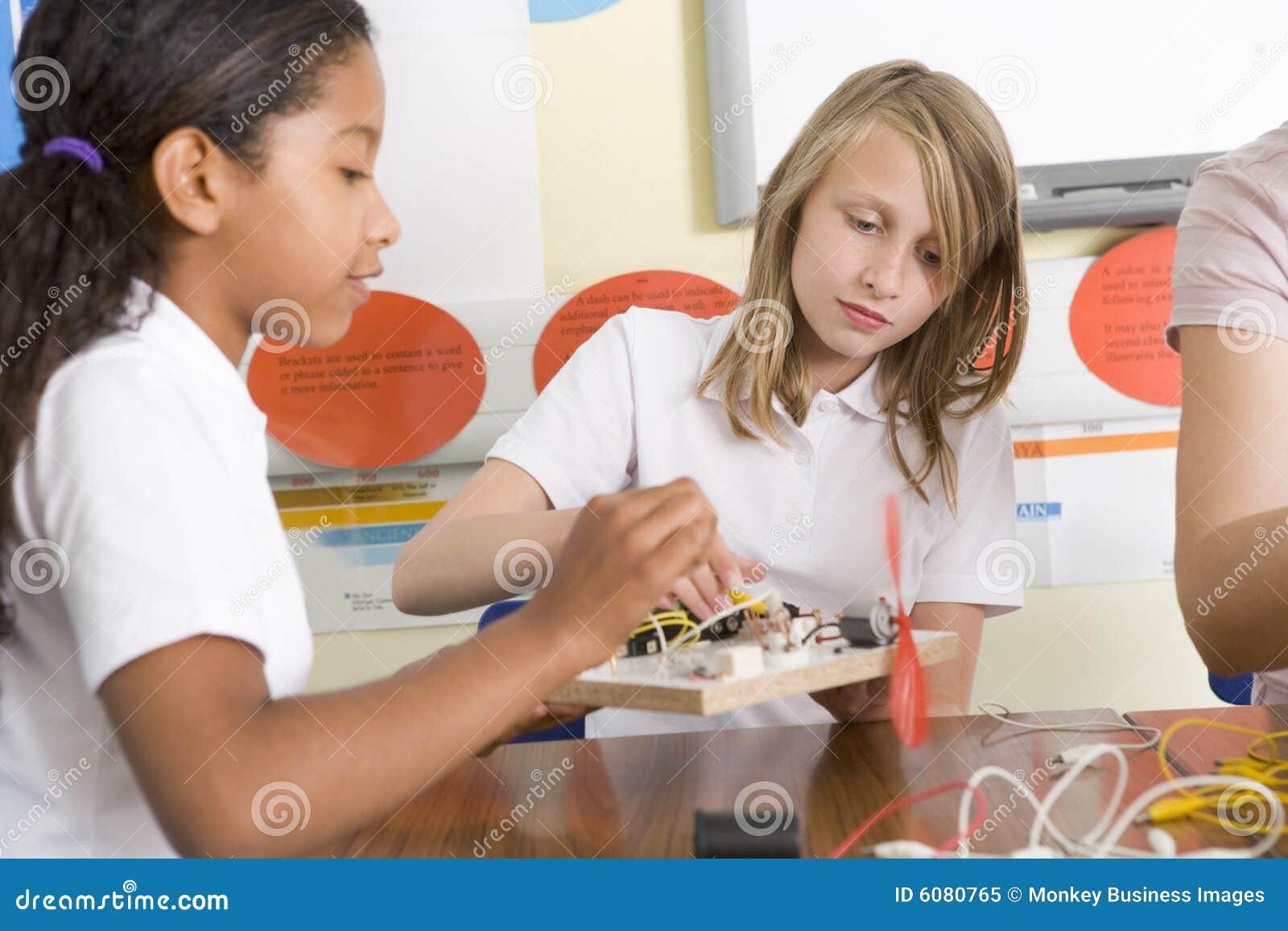 Écolières dans une classe de la science