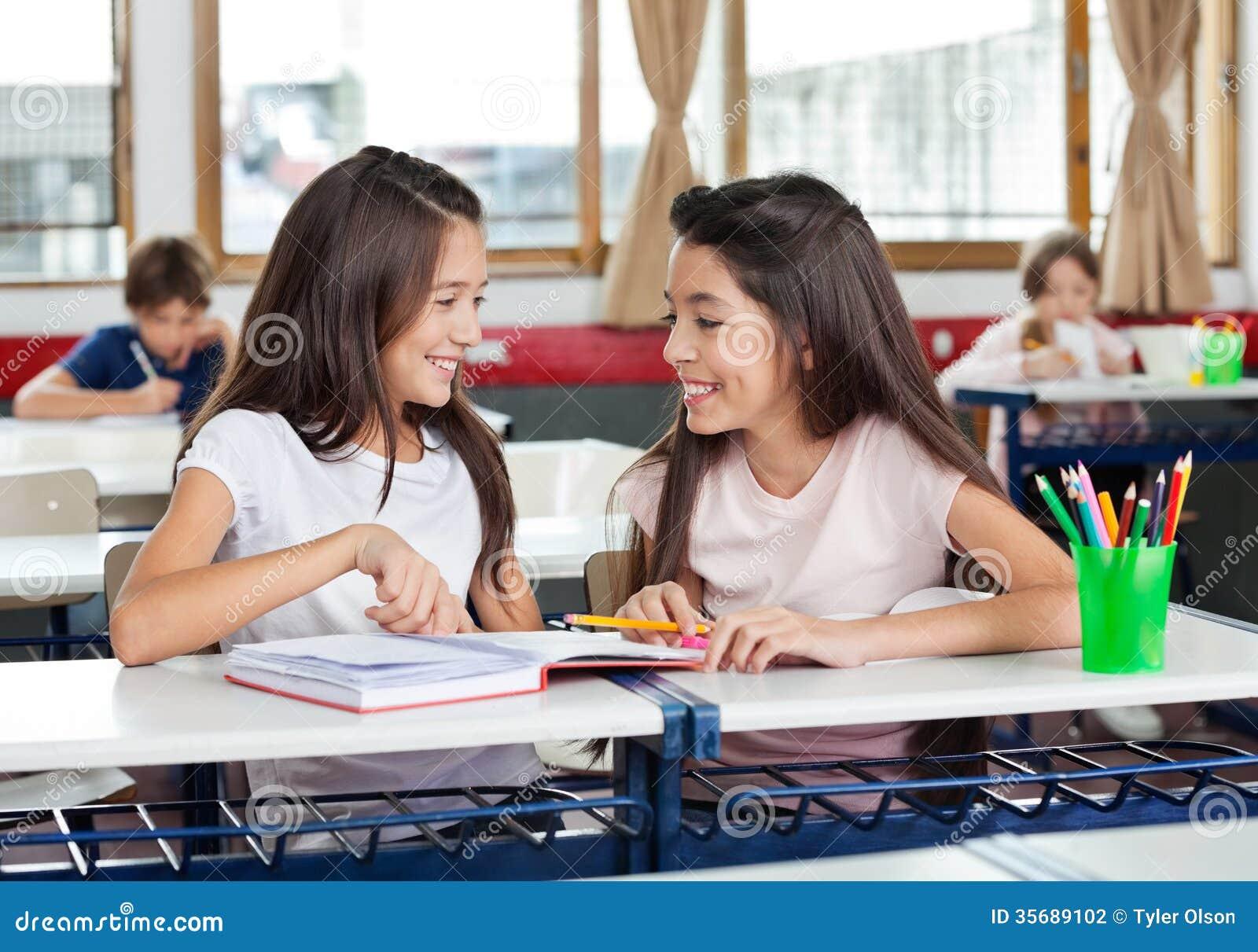 Écolières regardant l un l autre dans la salle de classe
