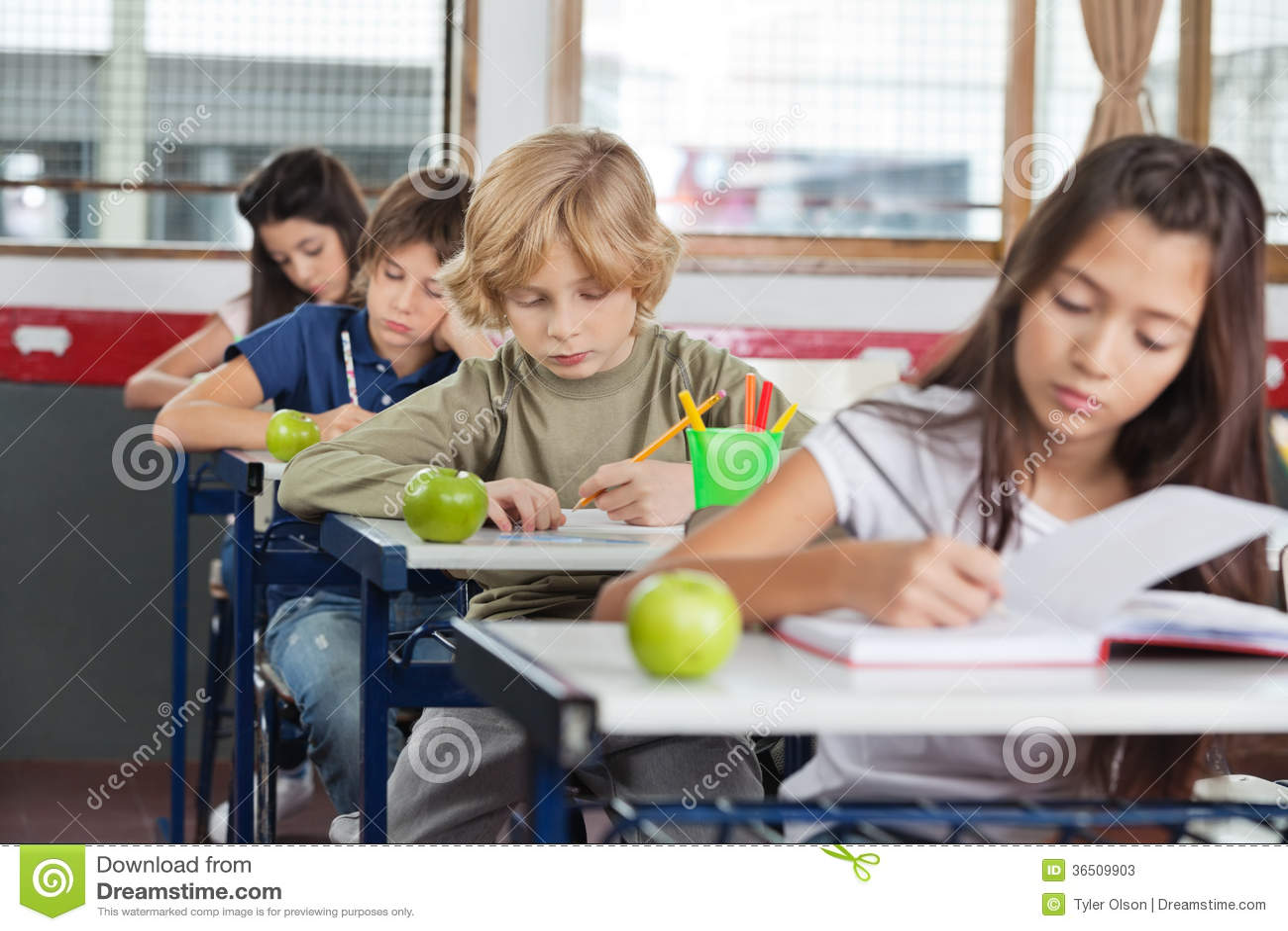 Écoliers étudiant au bureau