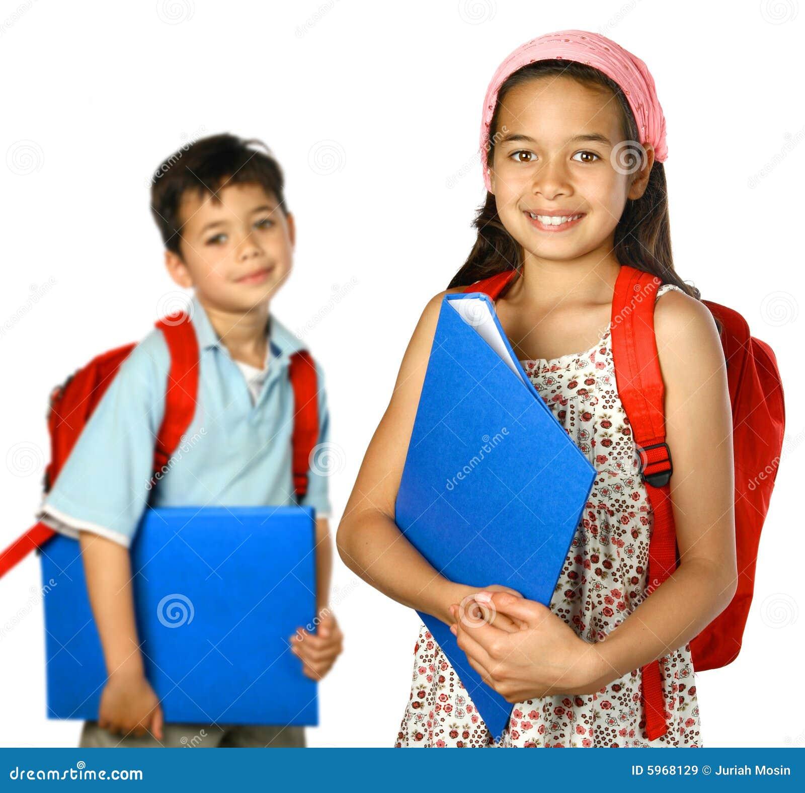Écoliers avec le dépliant bleu et le sac à dos rouge