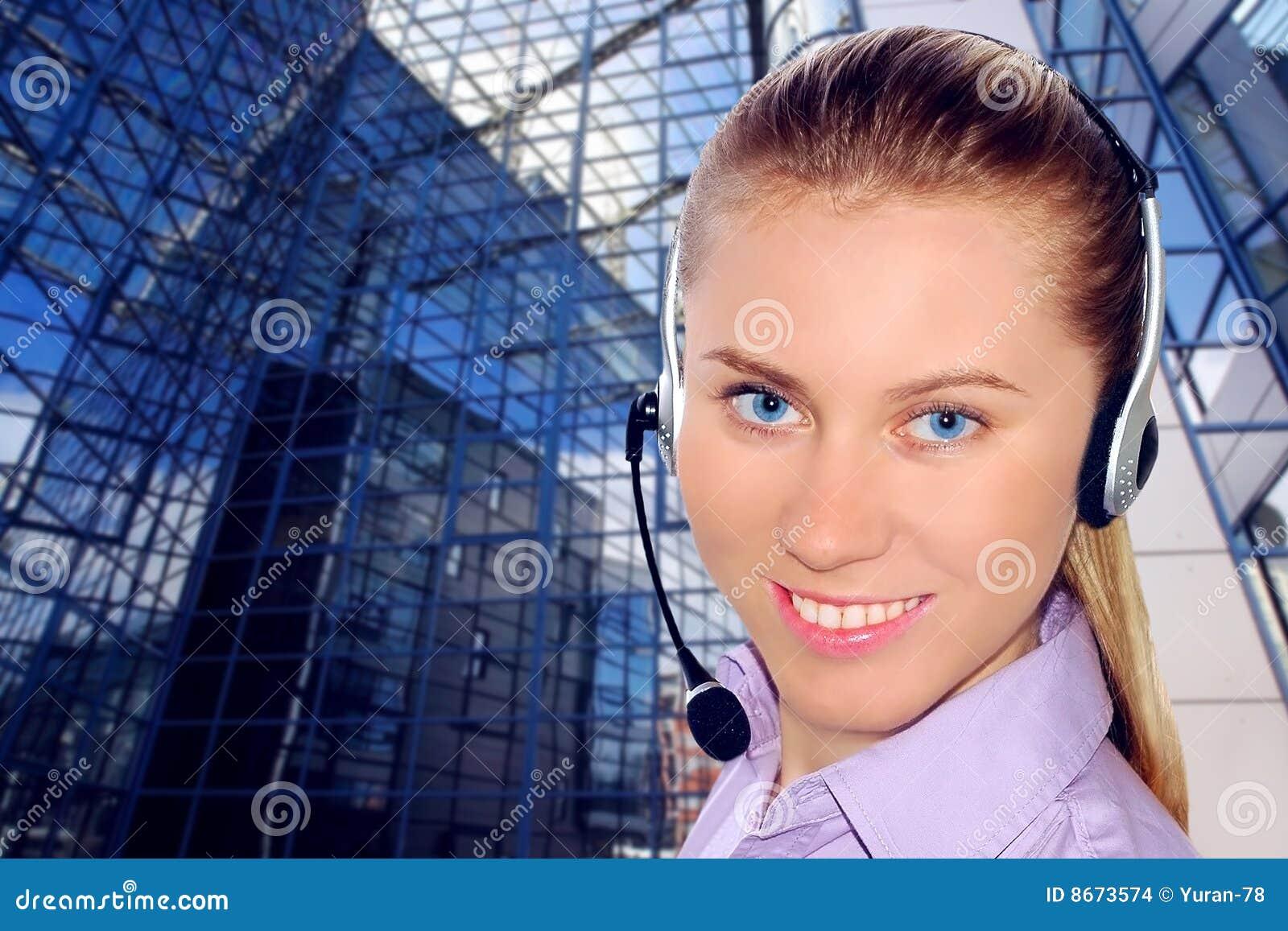 Écouteur s usant de femme dans le bureau ; pourrait être la réception