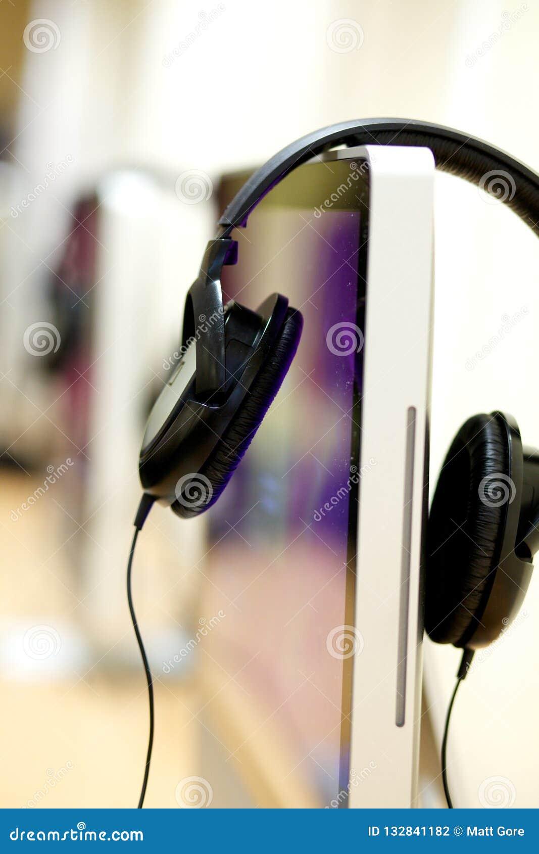 Écouteurs et ordinateur de bureau