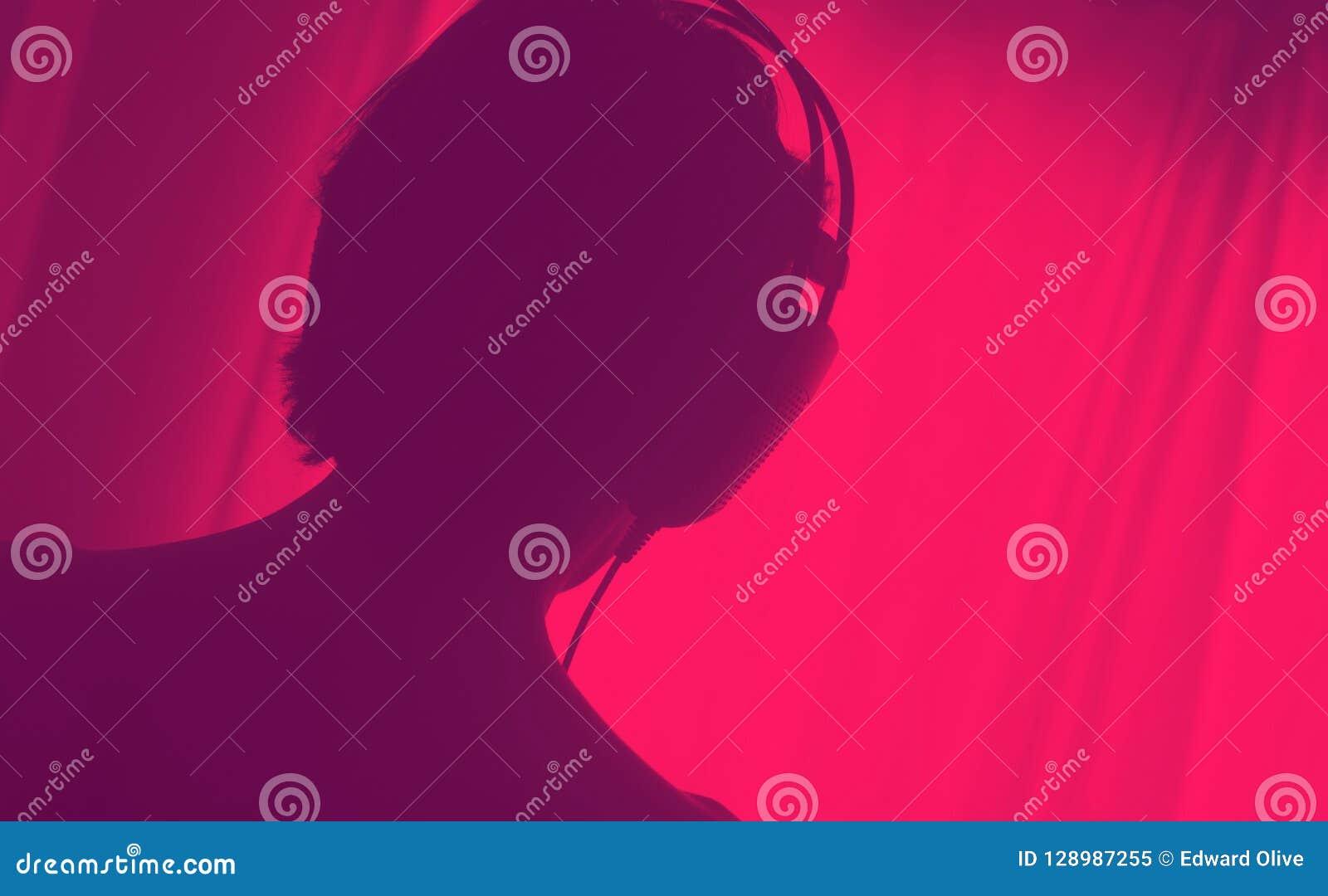 Écouteurs femelles de femme de disc-jockey du DJ