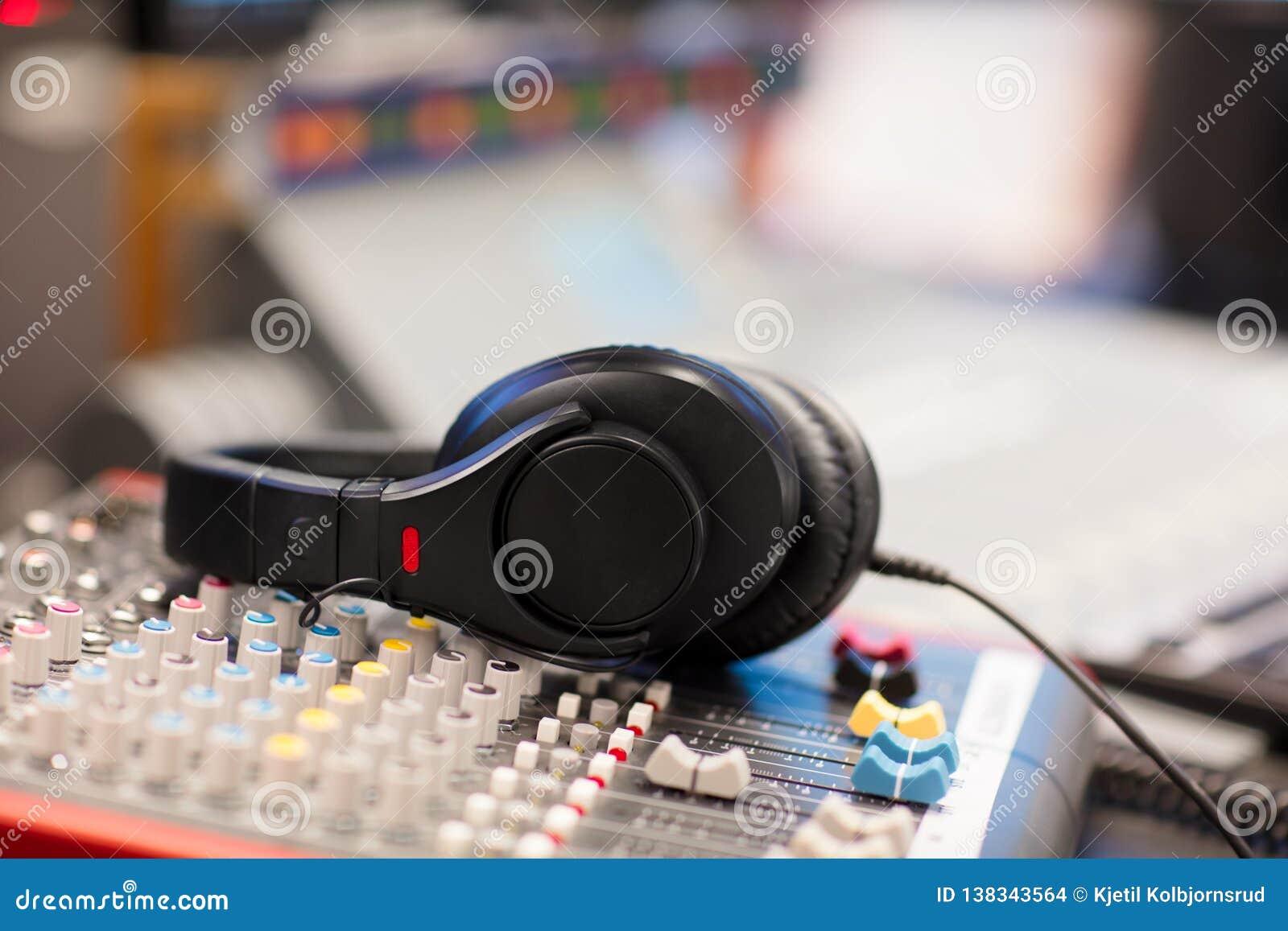 Écouteurs sur le mixeur son dans le studio par radio professionnel