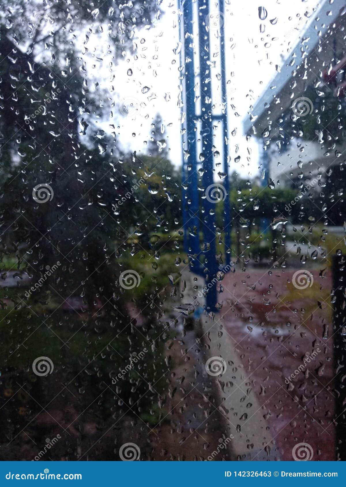 Écran de fenêtre de jour pluvieux