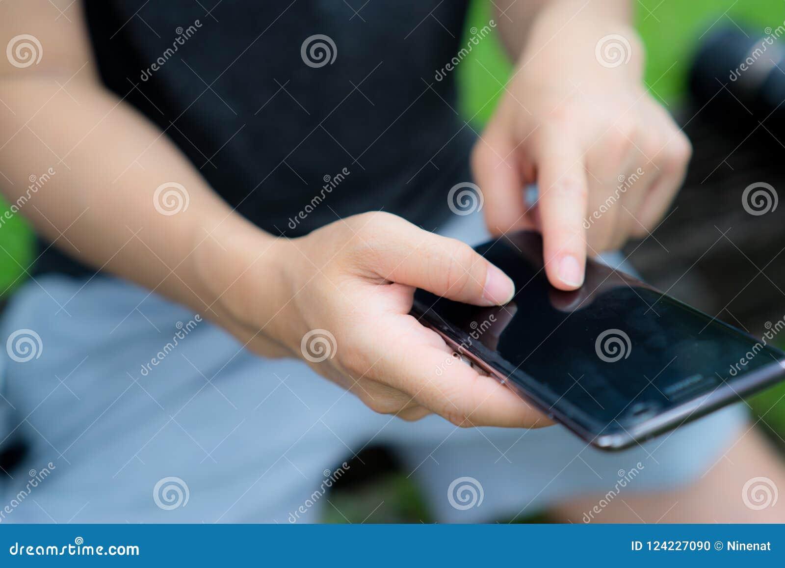Écran de téléphone portable de contact de doigt d homme à communiquer avec d autres