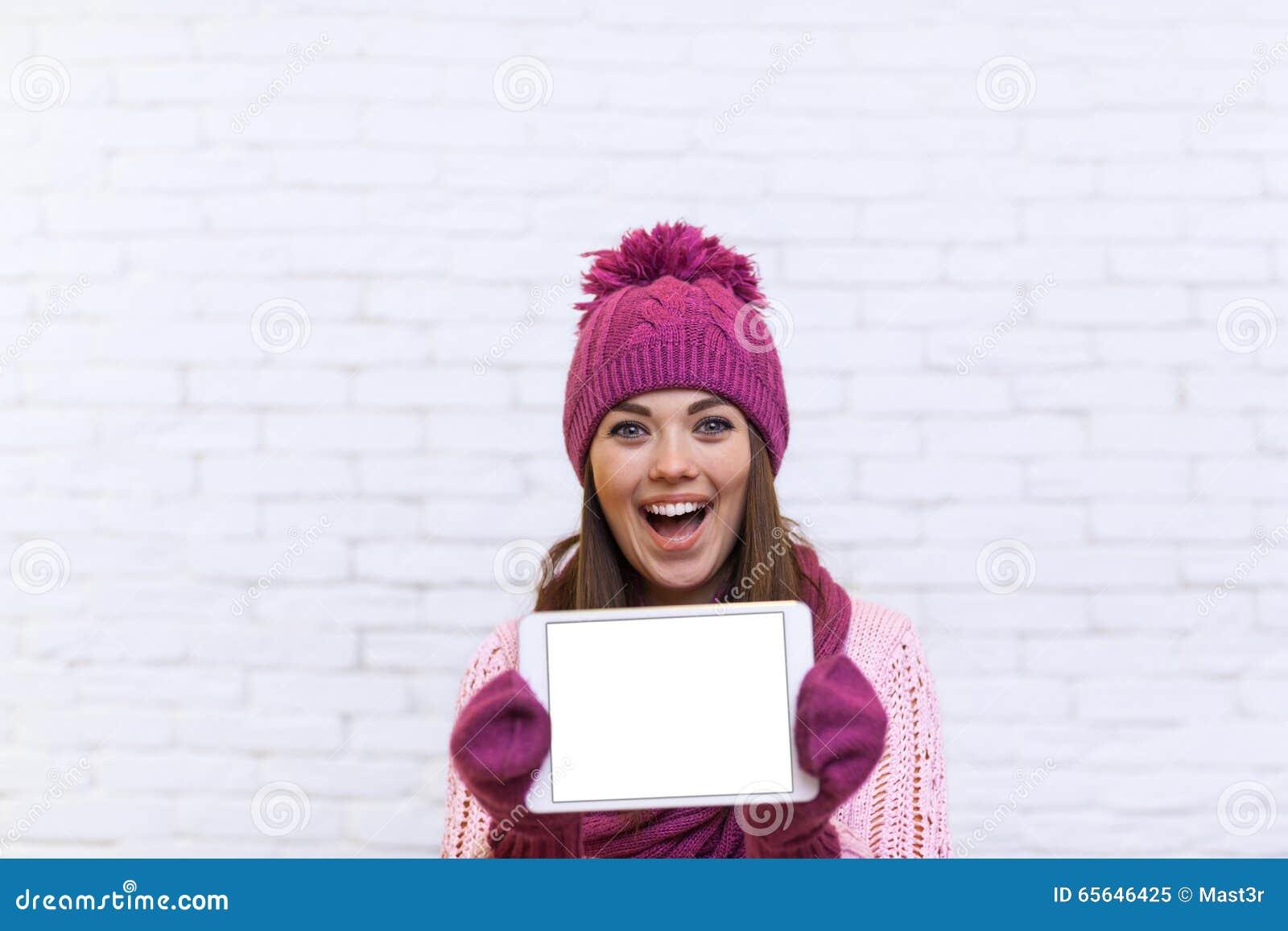 Écran de tablette attrayant d exposition d adolescente avec l espace vide de copie