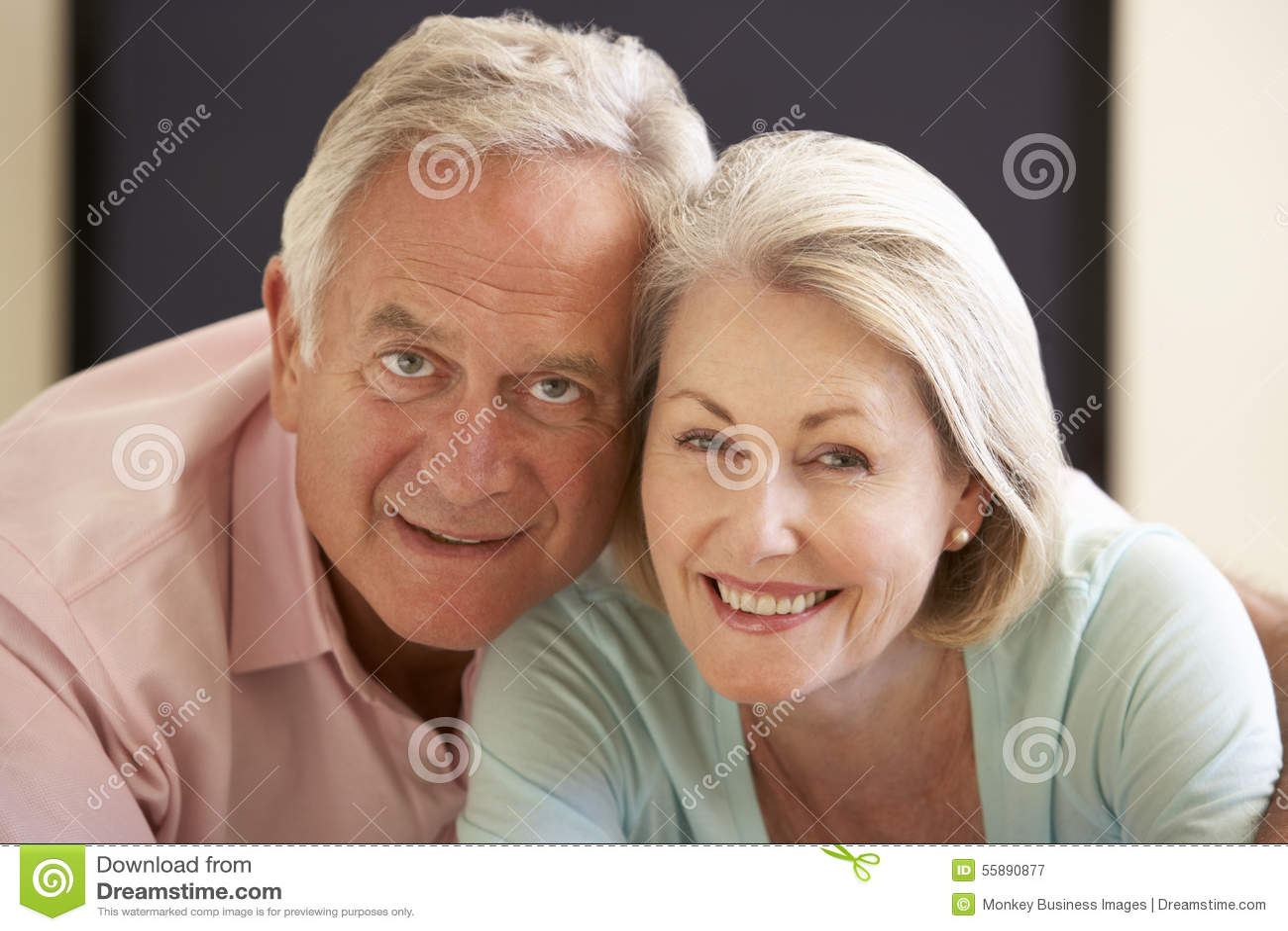 Écran géant de observation TV de couples supérieurs à la maison