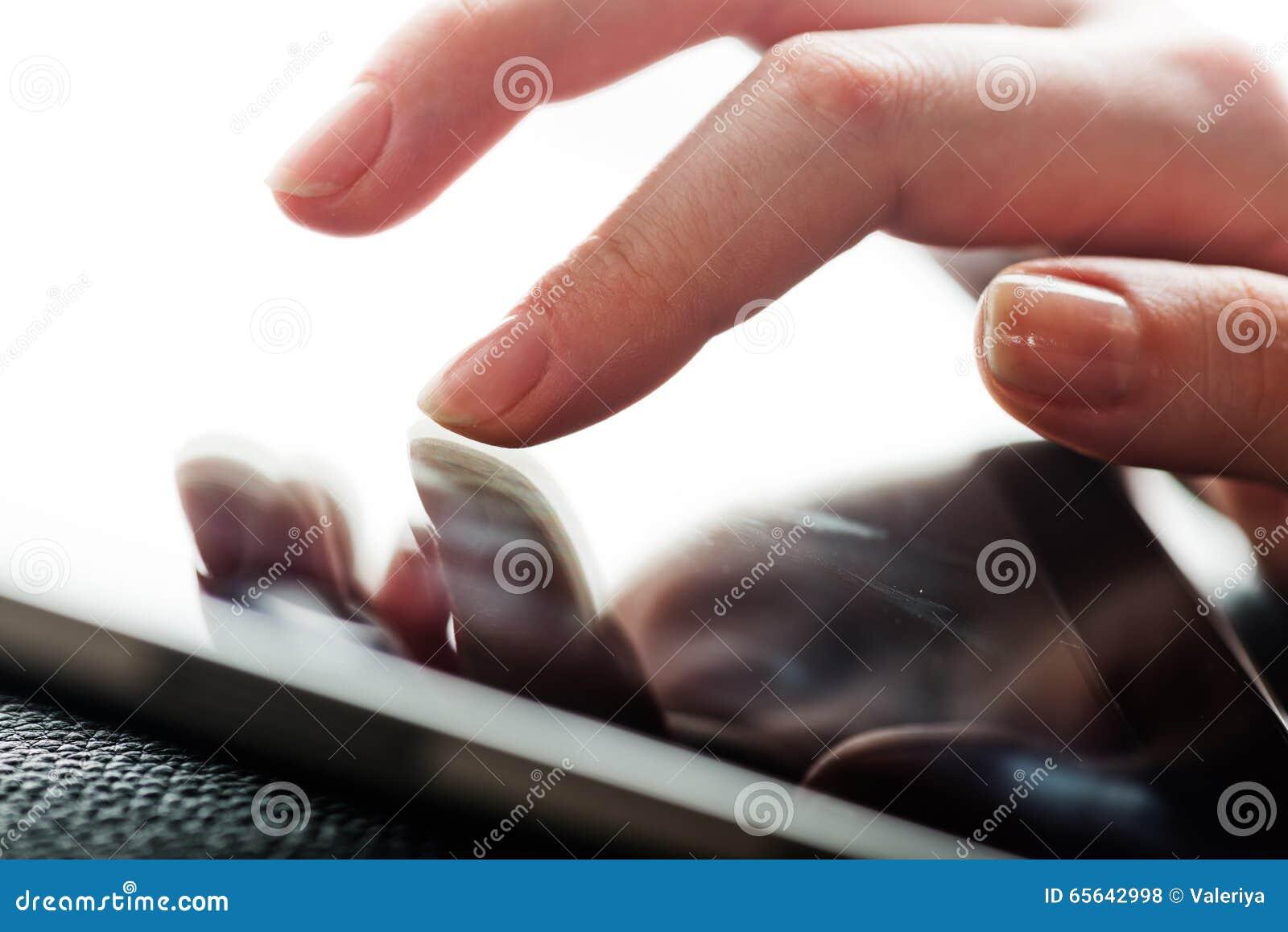 Écran tactile de doigt sur le tablette-PC