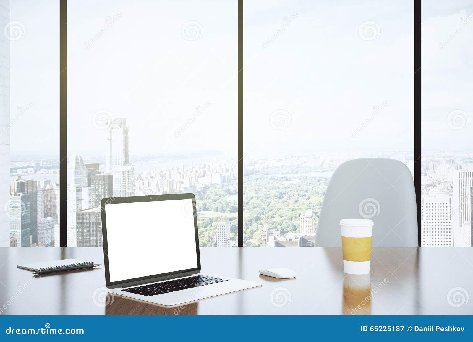 Écran vide d ordinateur portable et de tasse de papier sur la table avec le cha blanc