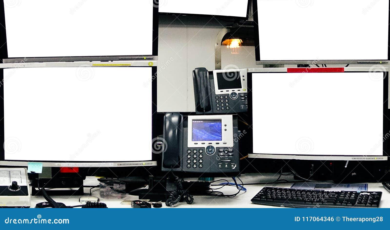 Écran vide d ordinateur serveur au centre de traitement des données intérieur moderne, ser