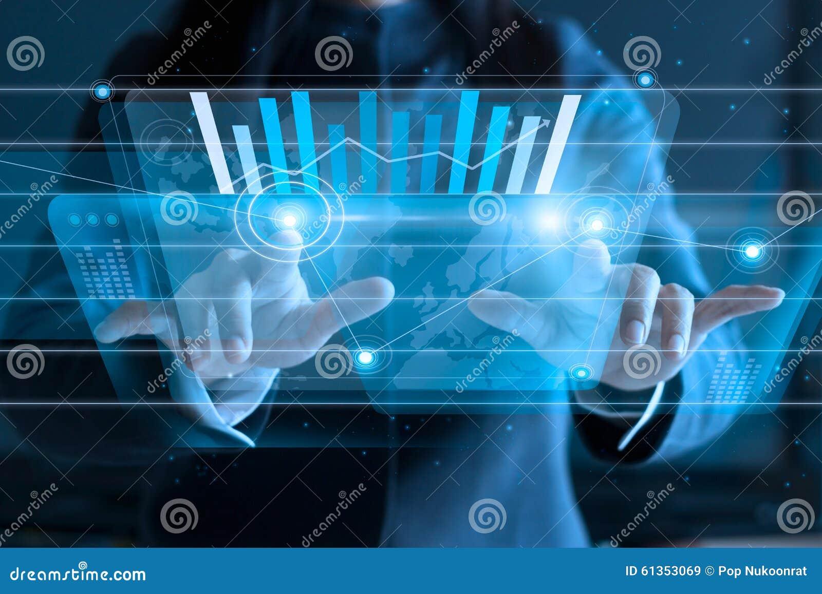 Écran virtuel émouvant de femme d affaires, poussant l icône sur le media au fond foncé