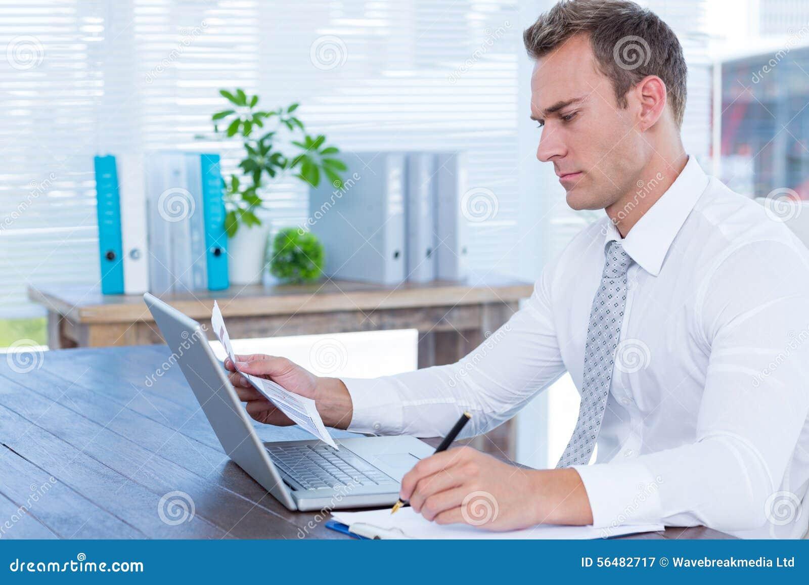 Écriture attentive d homme d affaires sur le carnet