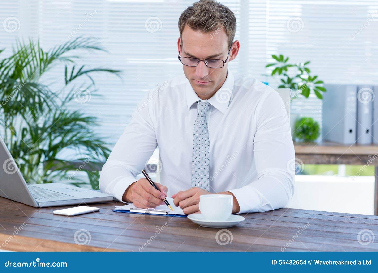 Écriture concentrée d homme d affaires sur un carnet