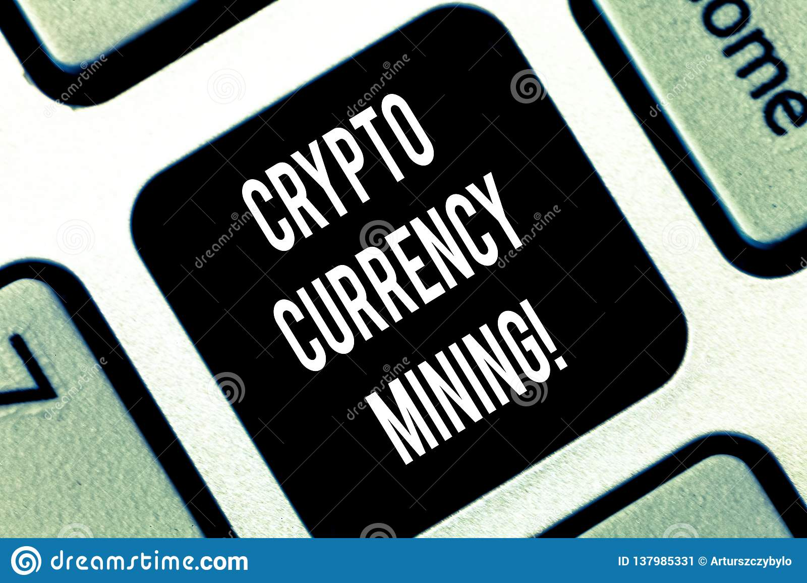 Écriture conceptuelle de main montrant la crypto exploitation de devise Disque de présentation de transaction d enregistrement de